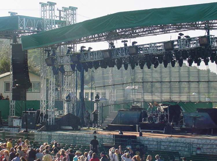 "Here's a look of the empty stage. I'm not 100%, but I believe the two green borders on the top left are supposed to be connected. Yikes! I don't think anything fell, or anyone got hurt, so, yes, according to TBS it is ""very funny"""